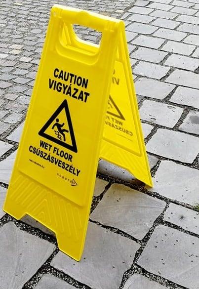 Csúszásveszélyre figyelmeztető tábla MAGYAR és ANGOL nyelven